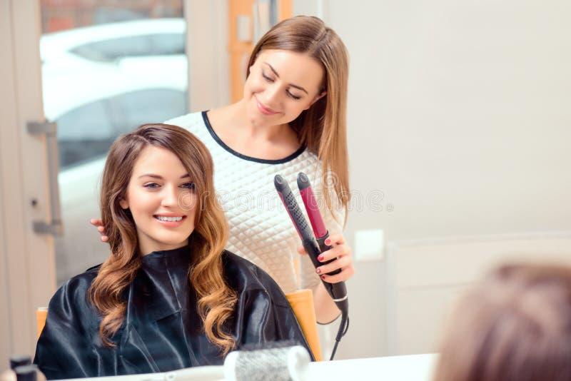 Belle femme dans le salon de coiffure image libre de droits
