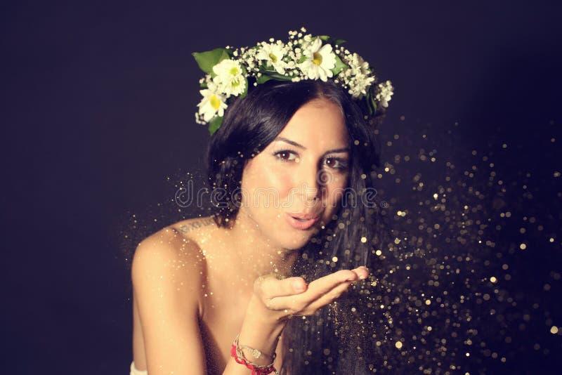 Belle femme dans le studio avec le scintillement d'or images stock