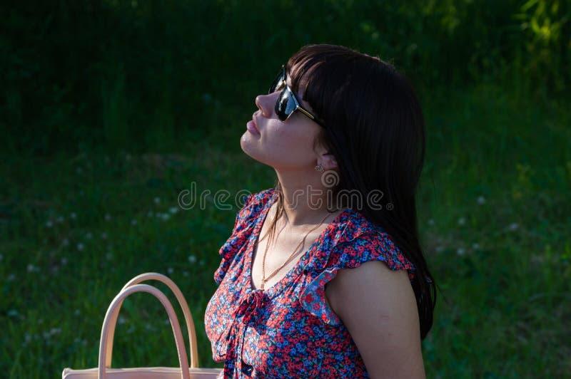 Belle femme dans les rayons du soleil images stock