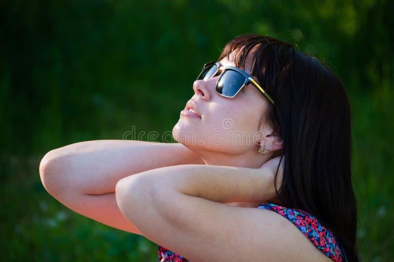 Belle femme dans les rayons du soleil photographie stock