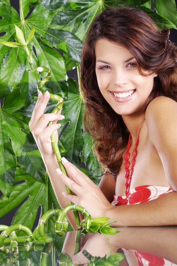 Belle femme dans les wellnes verts photographie stock