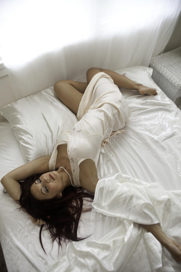 Belle Femme Dans Sa Chambre à Coucher Photo libre de droits