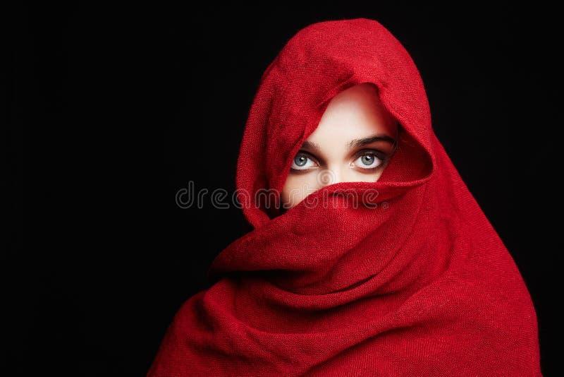 Belle femme dans un coup rouge de tissu salut images stock
