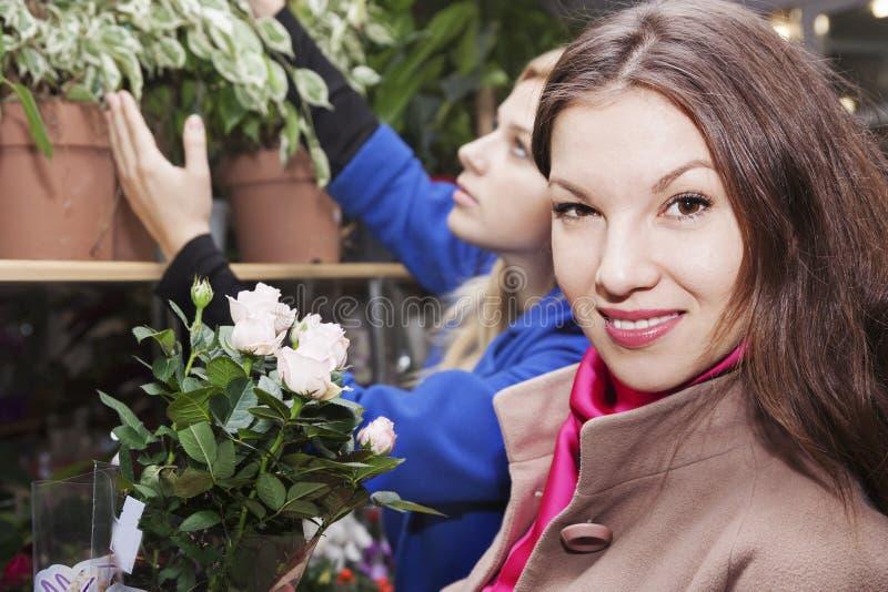 Belle femme dans un fleuriste image libre de droits