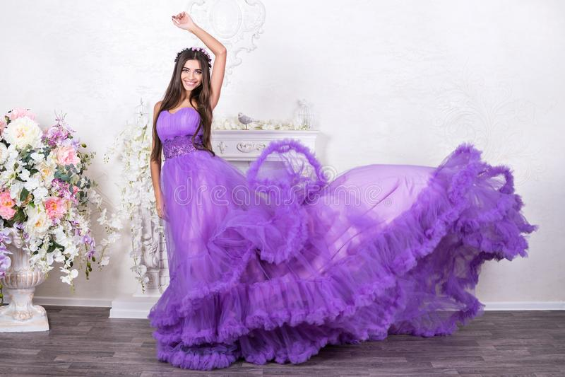Belle femme dans une robe débordante images stock