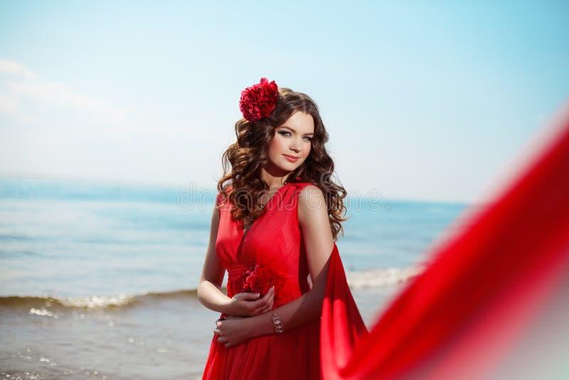 Belle femme dans une robe rouge lumineuse photographie stock libre de droits