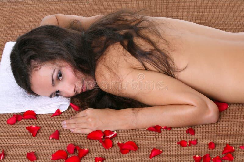 Belle femme dans une station thermale avec des essuie-main images stock