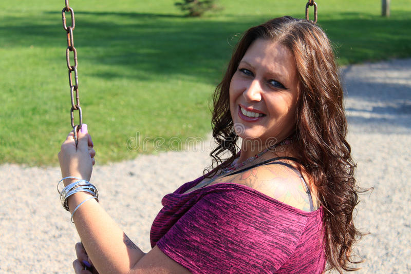 Belle femme de 40 ans sur l'oscillation images libres de droits