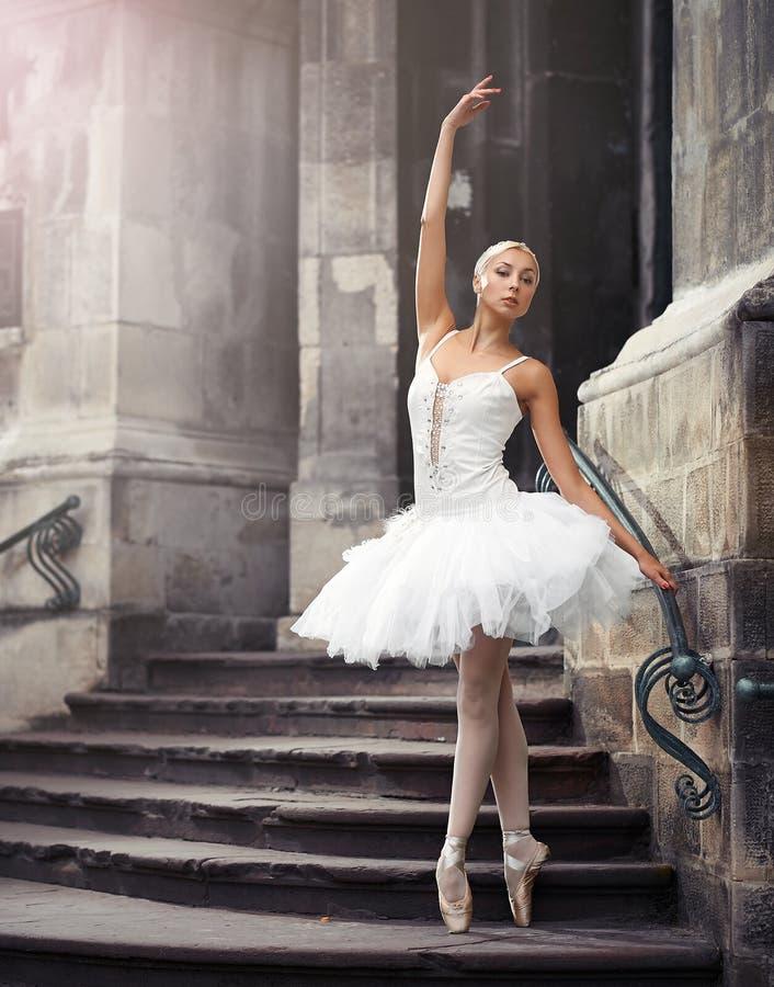 Belle femme de ballet sur des escaliers image stock