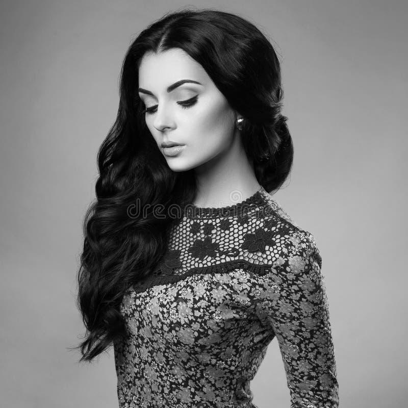 Belle femme de brune avec les cheveux sains onduleux photographie stock libre de droits