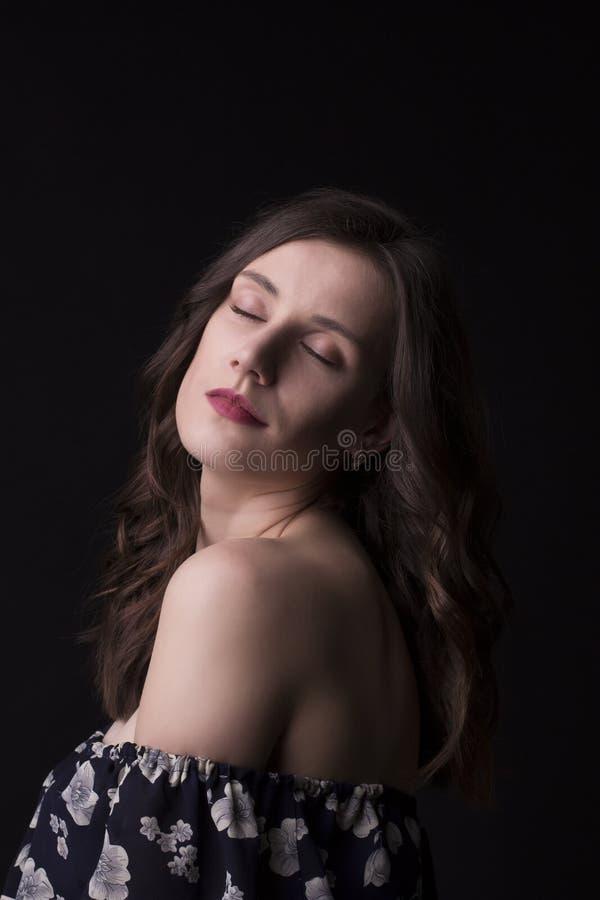 Belle femme de brune avec les yeux fermés photographie stock libre de droits