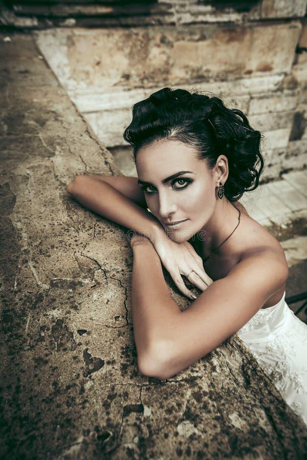 Belle femme de brune de jeune mariée dans la robe de mariage blanche photo stock