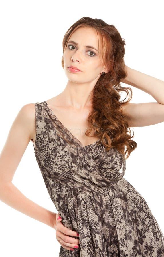 Belle femme de brune regardant à l'appareil-photo photo stock