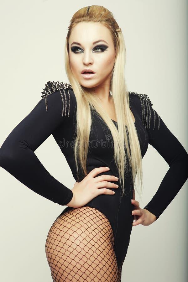 Belle femme de brune utilisant la lingerie à la mode noire photographie stock