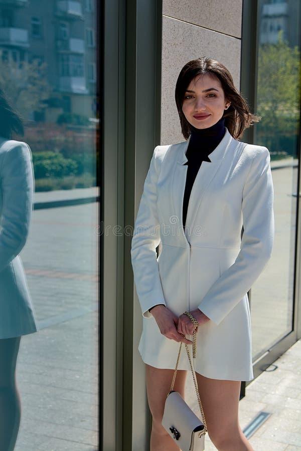 Belle femme de Brunette r V?tements de style d'affaires de mode images libres de droits