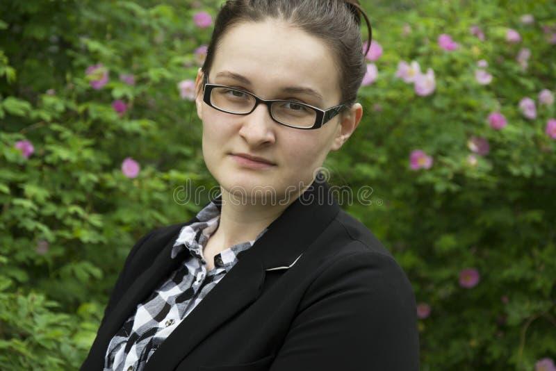 Belle femme de bureau en portrait en verre Femme de bureau sur l'écoulement photographie stock