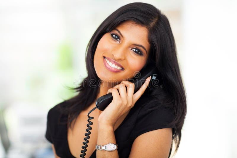 Téléphone de femme de carrière photo stock
