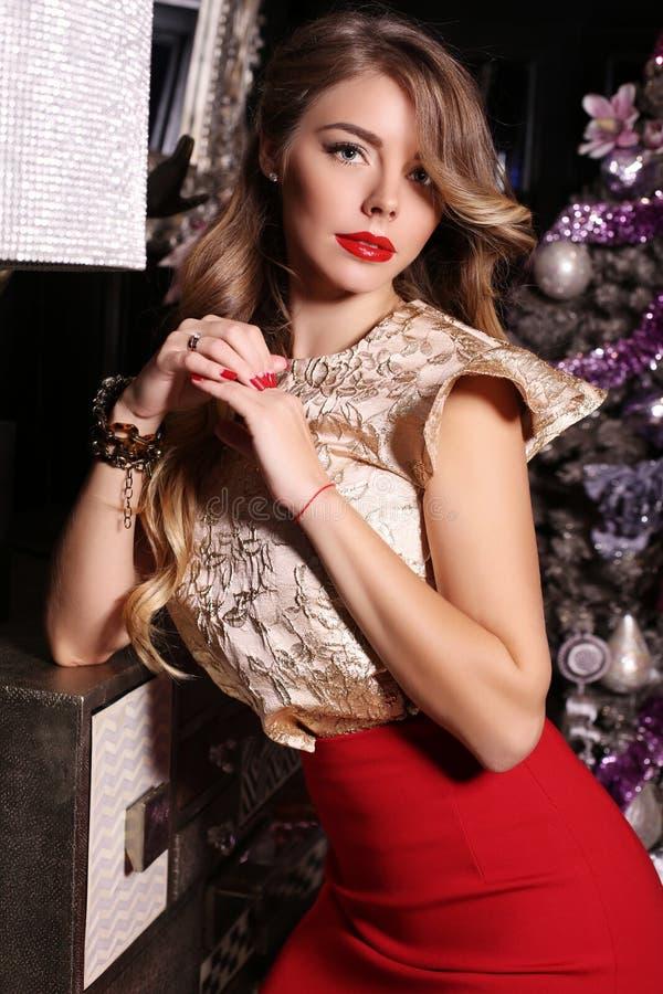 Belle femme de charme avec les cheveux blonds dans la robe luxueuse photo libre de droits