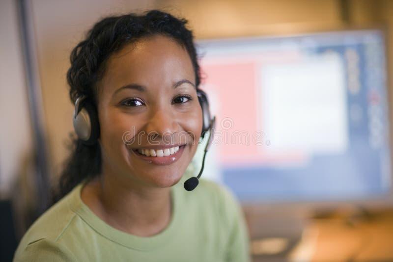 Belle femme de couleur avec l'écouteur images libres de droits
