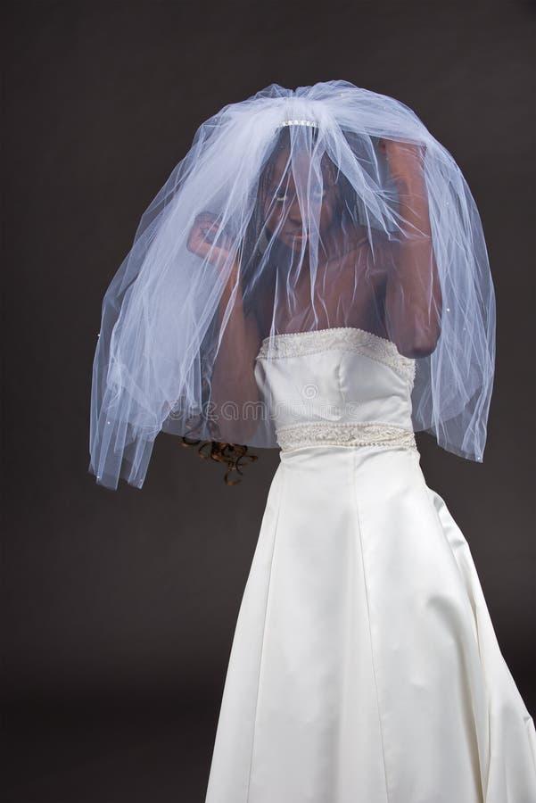 Belle femme de couleur dans une robe de mariage photos libres de droits
