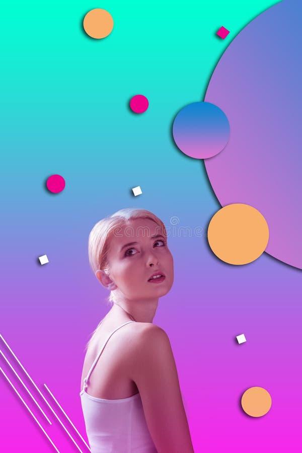 Belle femme de Dreamful pratiquant la nouvelle approche pour amincir images libres de droits
