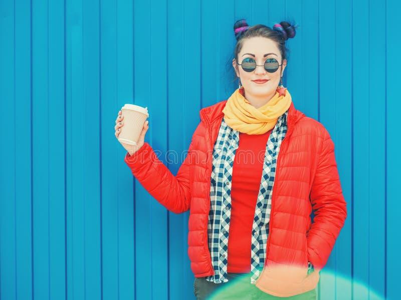 Belle femme de hippie de mode avec la tasse de café photo stock