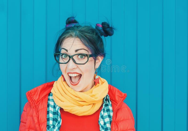 Belle femme de hippie de mode avec les cheveux colorés au-dessus du CCB bleu photo libre de droits