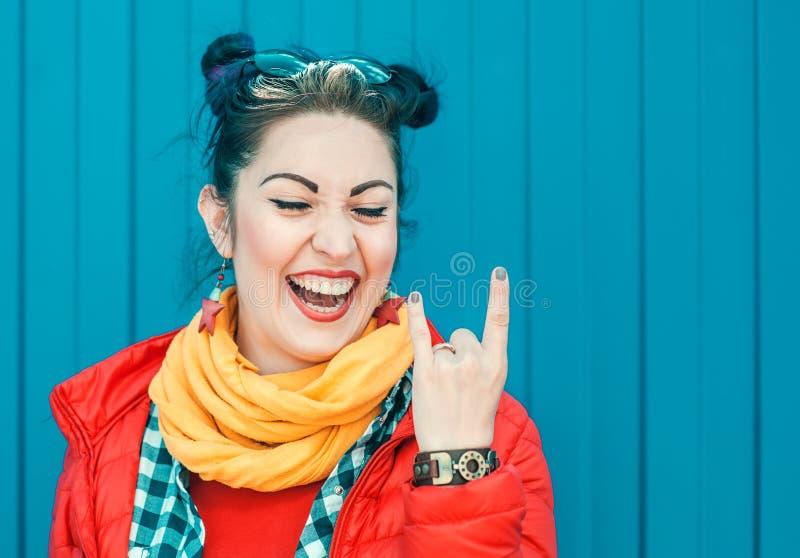 Belle femme de hippie de mode avec les cheveux colorés au-dessus du CCB bleu photographie stock