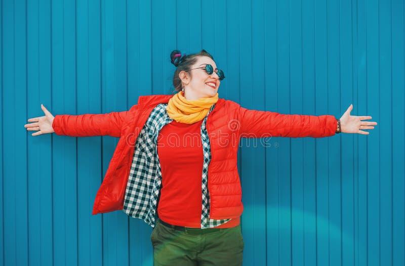 Belle femme de hippie de mode avec les cheveux colorés au-dessus du CCB bleu images libres de droits