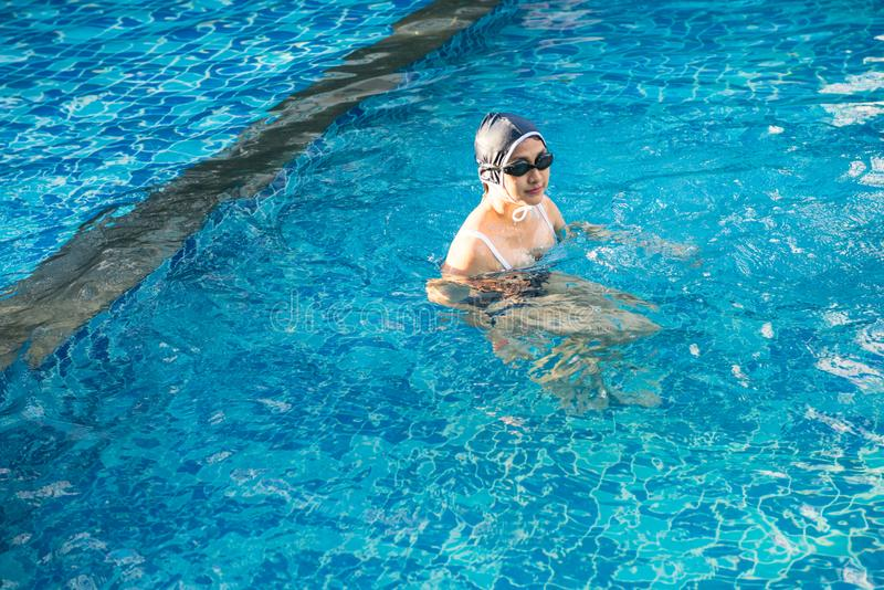 Belle femme de l'Asie dans la piscine image libre de droits