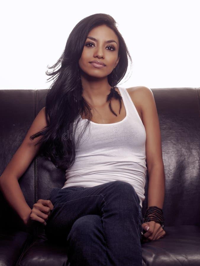 Belle femme de Latina avec de longs cheveux photo stock