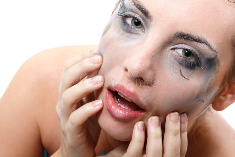 Belle femme de lavage humide sexy de maquillage au-dessus de blanc photographie stock