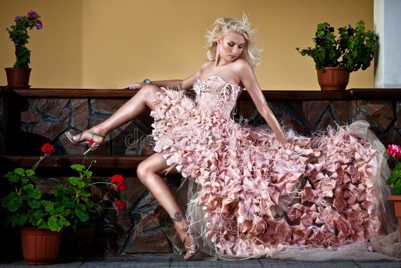 Belle femme de luxe blonde photo stock