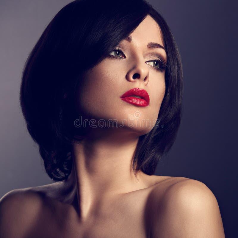 Belle femme de maquillage avec le visage parfait, coiffure noire de short images stock