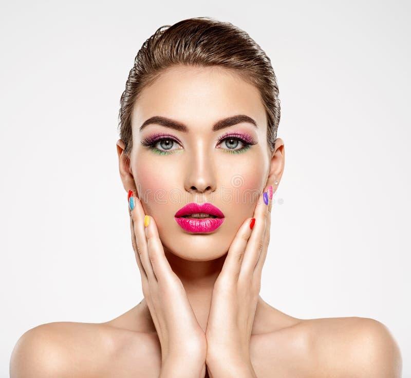 Belle femme de mode avec clous colorés Fille blanche attirante avec la manucure multicolore images libres de droits