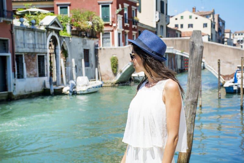 Belle femme de mode avec le chapeau à Venise, Italie photos libres de droits