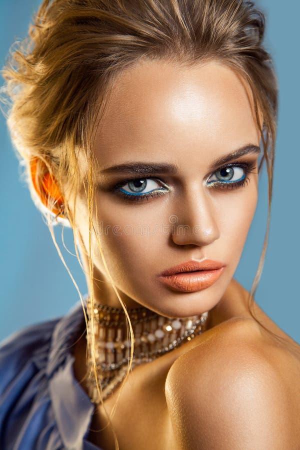 Belle femme de mode avec le maquillage brun de cheveux et de soirée utilisant l'équipement pourpre bleu de partie image stock