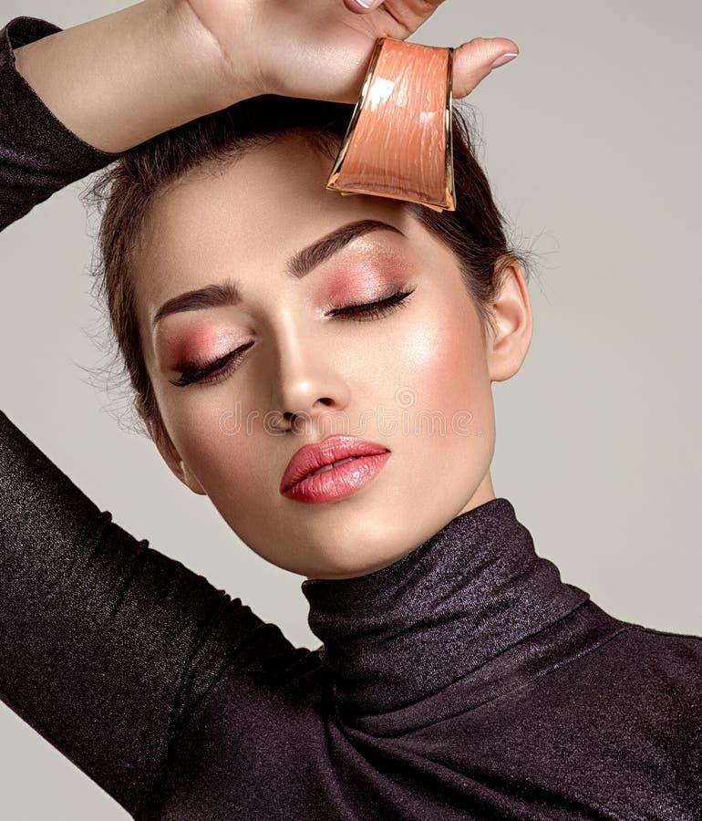 Belle femme de mode avec le rouge à lèvres de corail vivant La fille blanche attirante porte les bijoux de luxe image stock