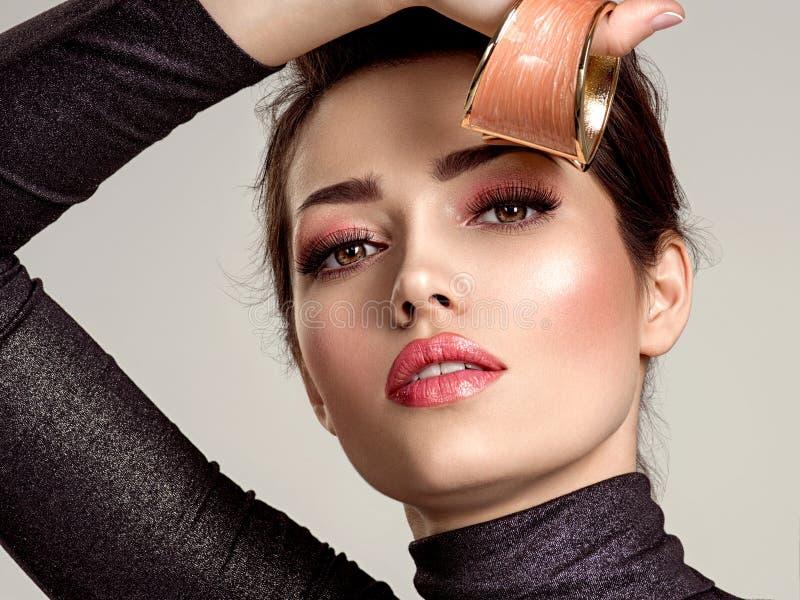 Belle femme de mode avec le rouge à lèvres de corail vivant La fille blanche attirante porte les bijoux de luxe image libre de droits