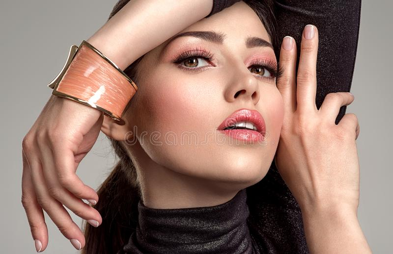 Belle femme de mode avec le rouge à lèvres de corail vivant La fille blanche attirante porte les bijoux de luxe photos stock