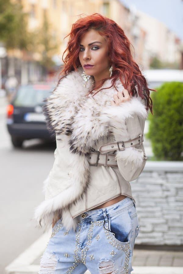 Belle femme de mode dans le manteau de fourrure photographie stock
