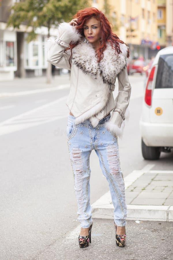 Belle femme de mode dans le manteau de fourrure images libres de droits