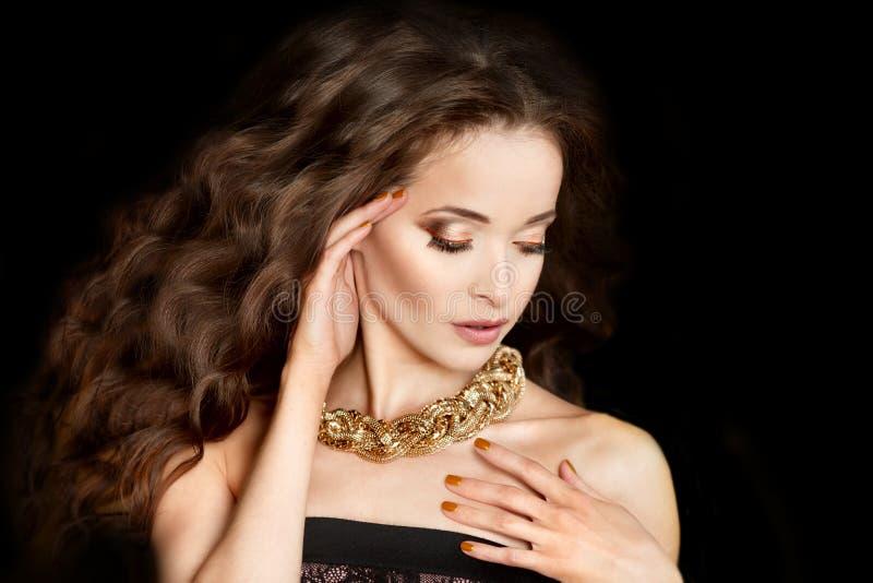 Belle Femme De Mode Doree Modele Avec Cheveux Longs Et Brillants Onde Boucles De Coiffure De Volume D Updo Salon Des Cheveux Fil Photo Stock Image Du Boucles Coiffure 139759196