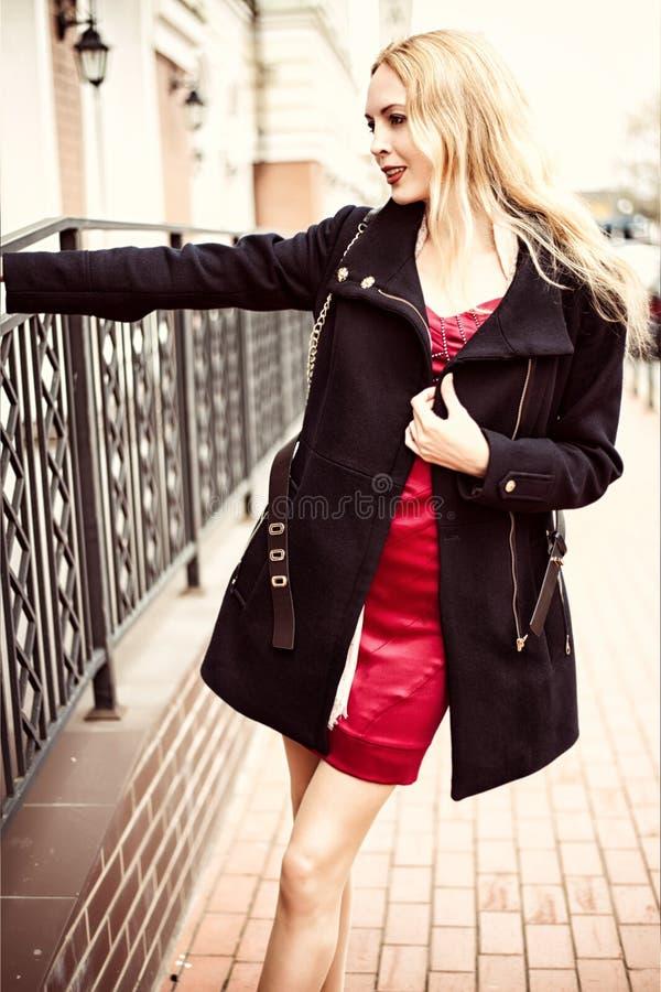 Belle femme de mode marchant dans la rue de la ville photo stock