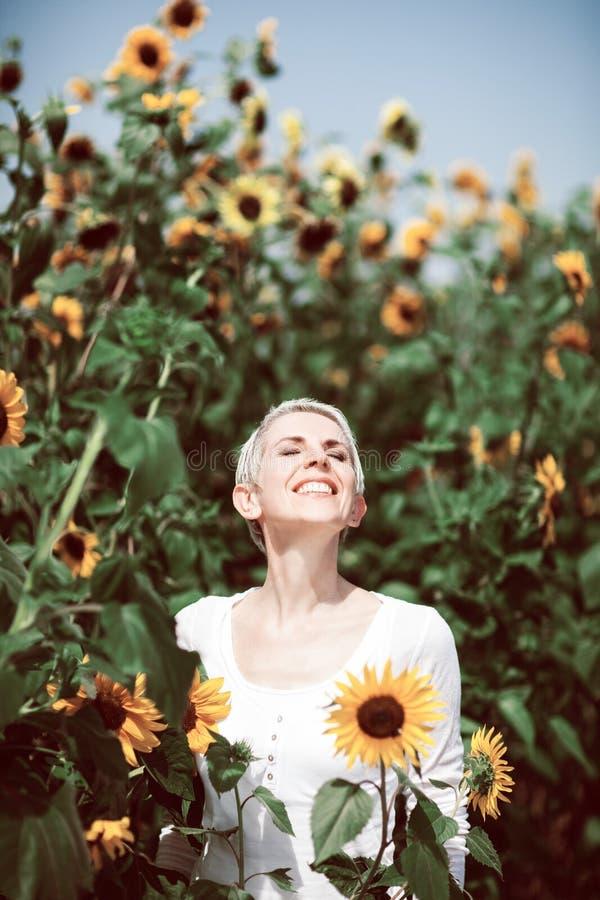 Belle femme de Moyen Âge dans une scène rurale de champ dehors avec des tournesols image stock