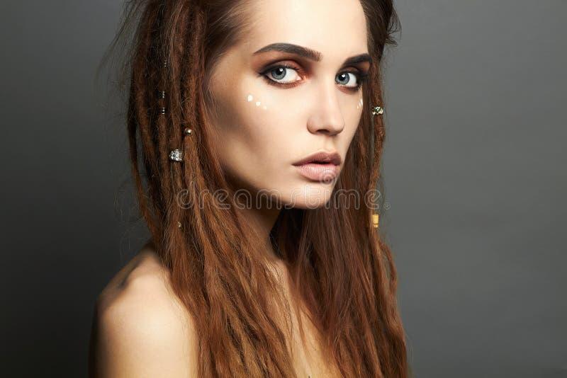 Belle femme de pirate avec le maquillage et les dreadlocks photographie stock libre de droits
