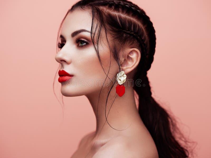 Belle femme de portrait avec des bijoux images stock