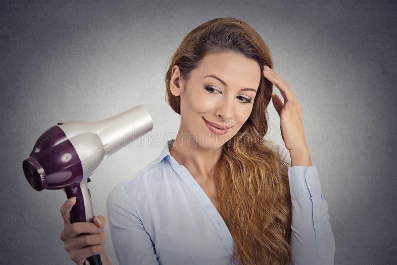 Belle femme de portrait avec un hairdryer photos stock