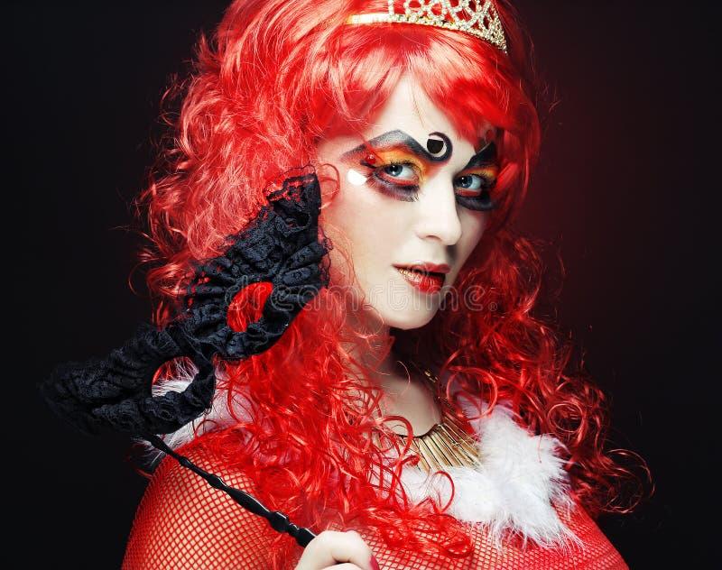 Belle femme de redhair avec le masque images stock