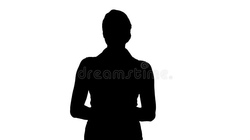 Belle femme de silhouette souriant et regardant à la caméra illustration stock